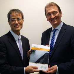 Mr. Keisuke Sadamori, Director of Energy Markets and Security at the International Energy Agency (left), presents newly elected EURACOAL President, Dr. Wolfgang Cieslik (right), with the latest edition of the Agency's Medium-Term Coal Market Report on 25 January 2016.